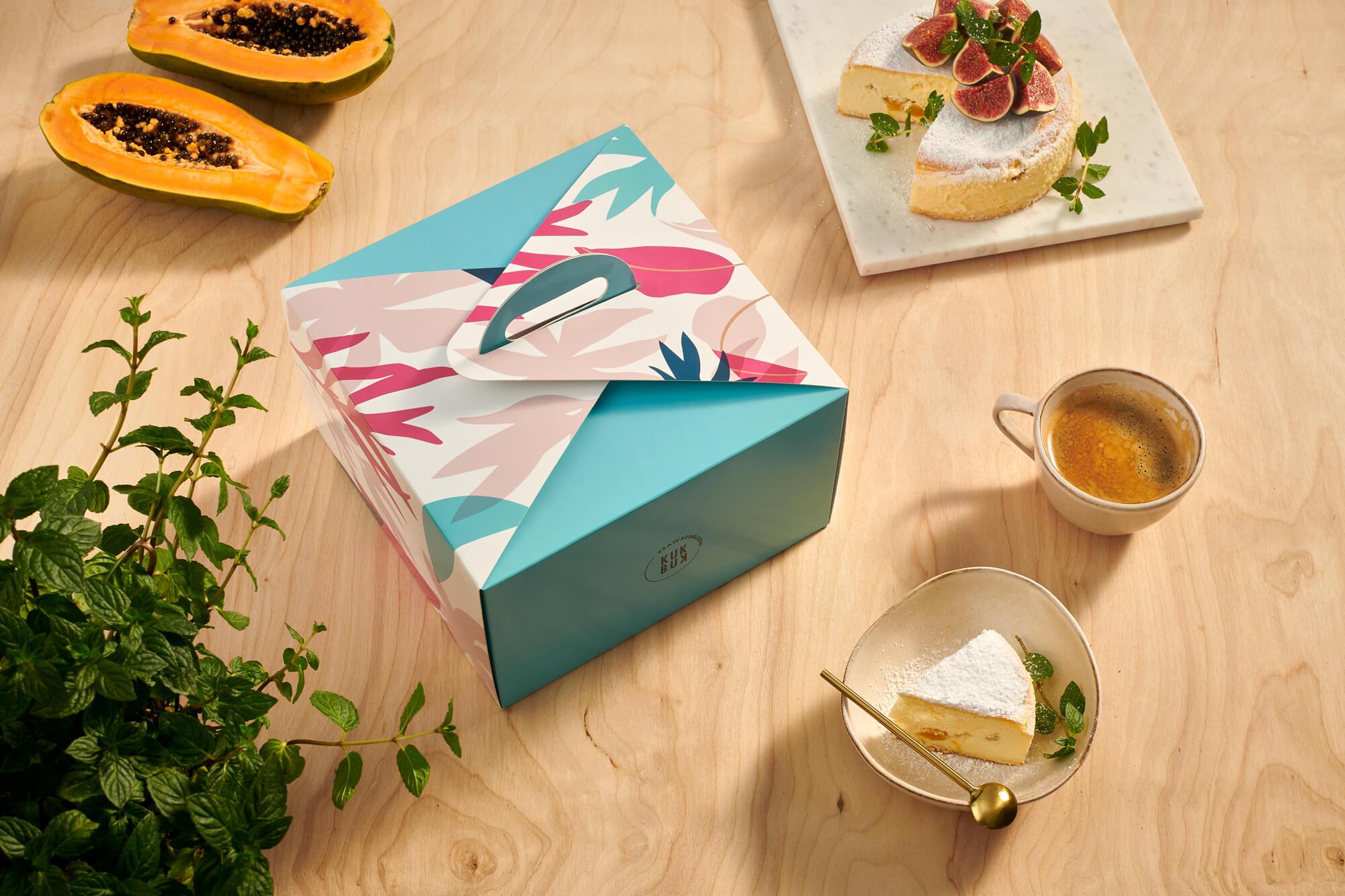 una caja para tartas en una mesa de comedor