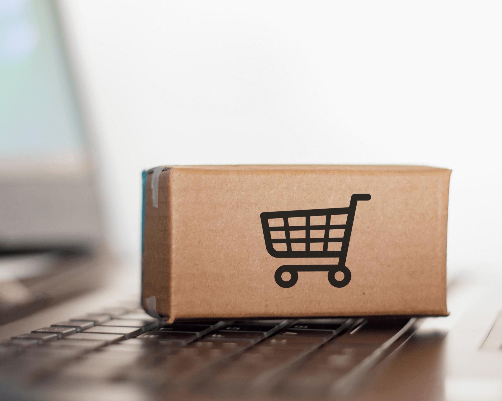 Una caja para e-commerce con un logo impreso en negro