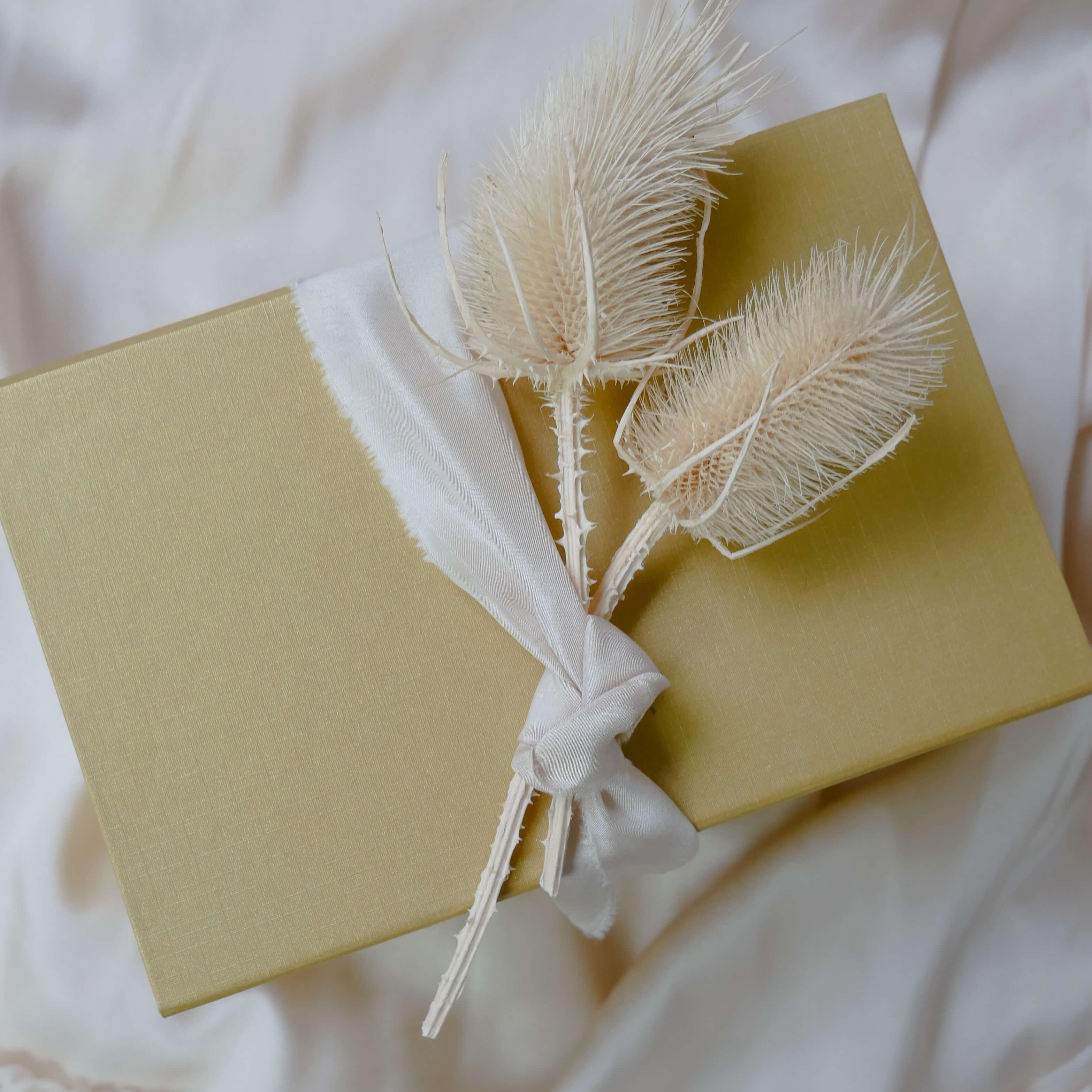 Scatola con design minimalista e decorazioni floreali