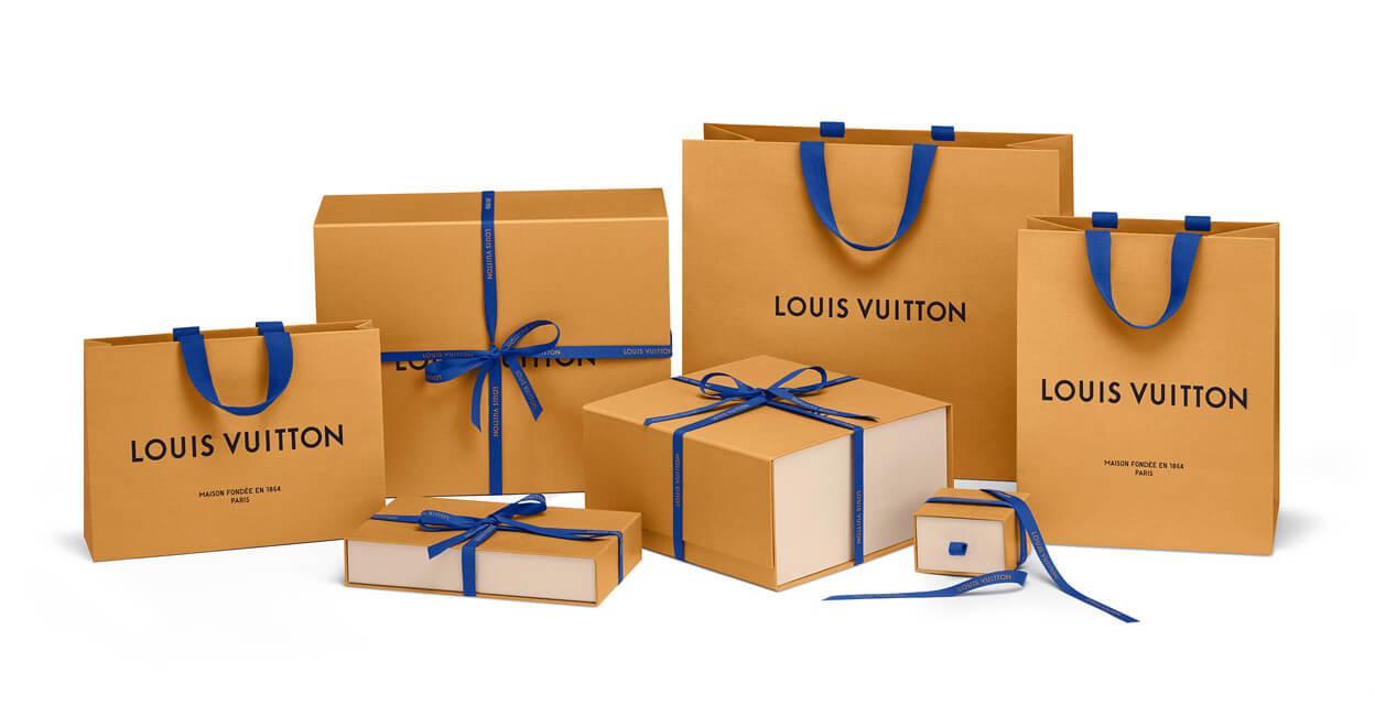 cajas de cartón con un lazo azul