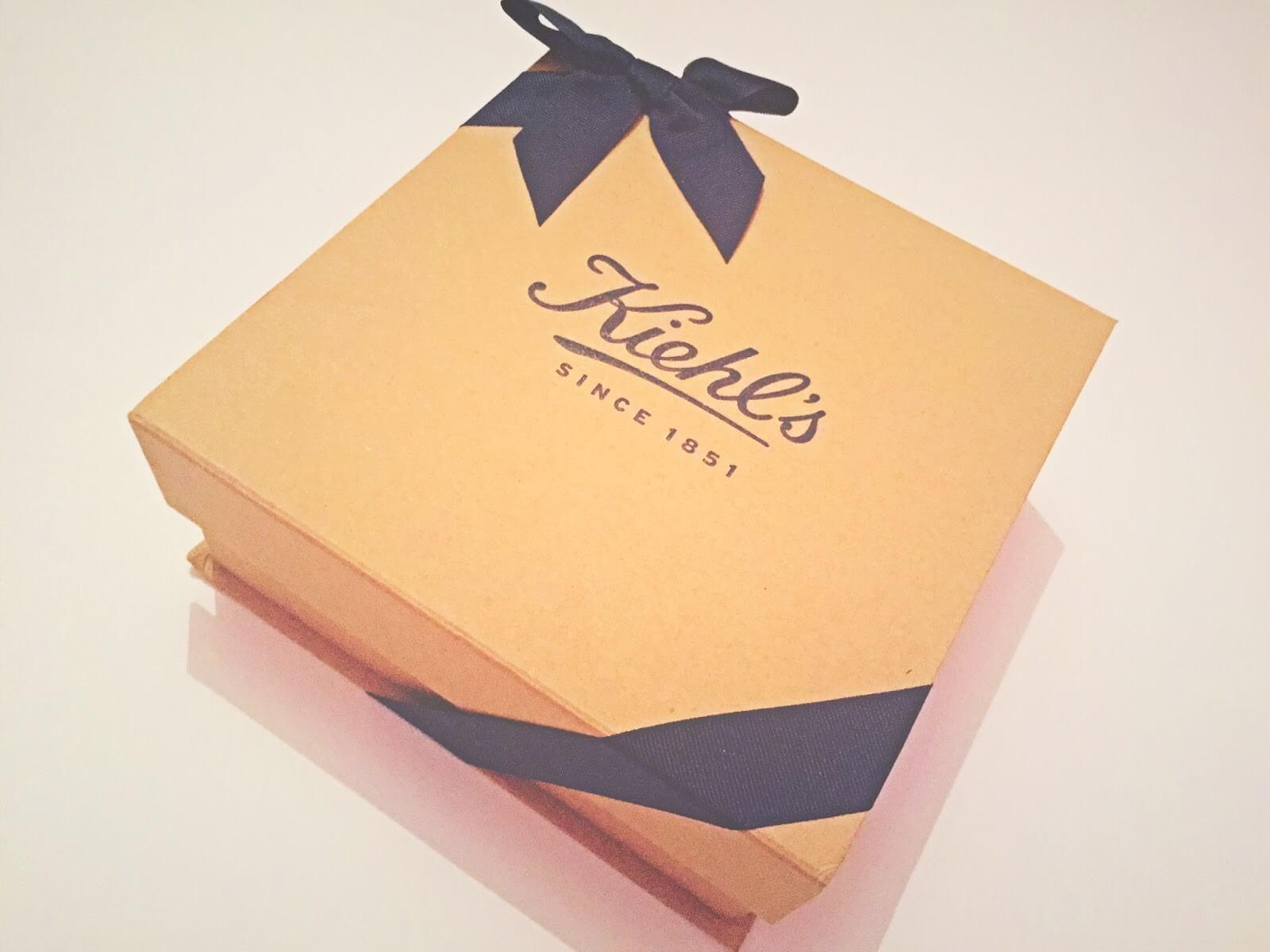 Caja de cartón con lazos negros en las puntas