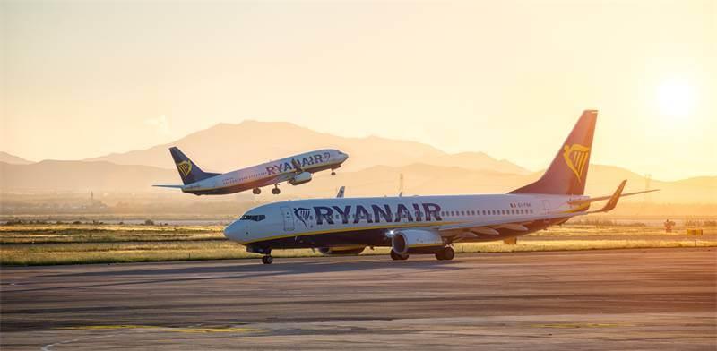 dos aviones de ryanair con el logo de la empresa