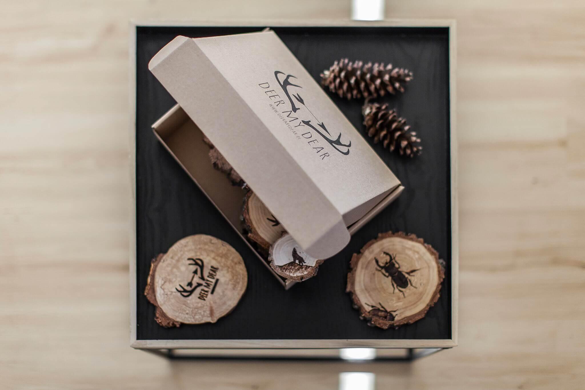 una caja blanca con varios adornos rústicos a su alrededor