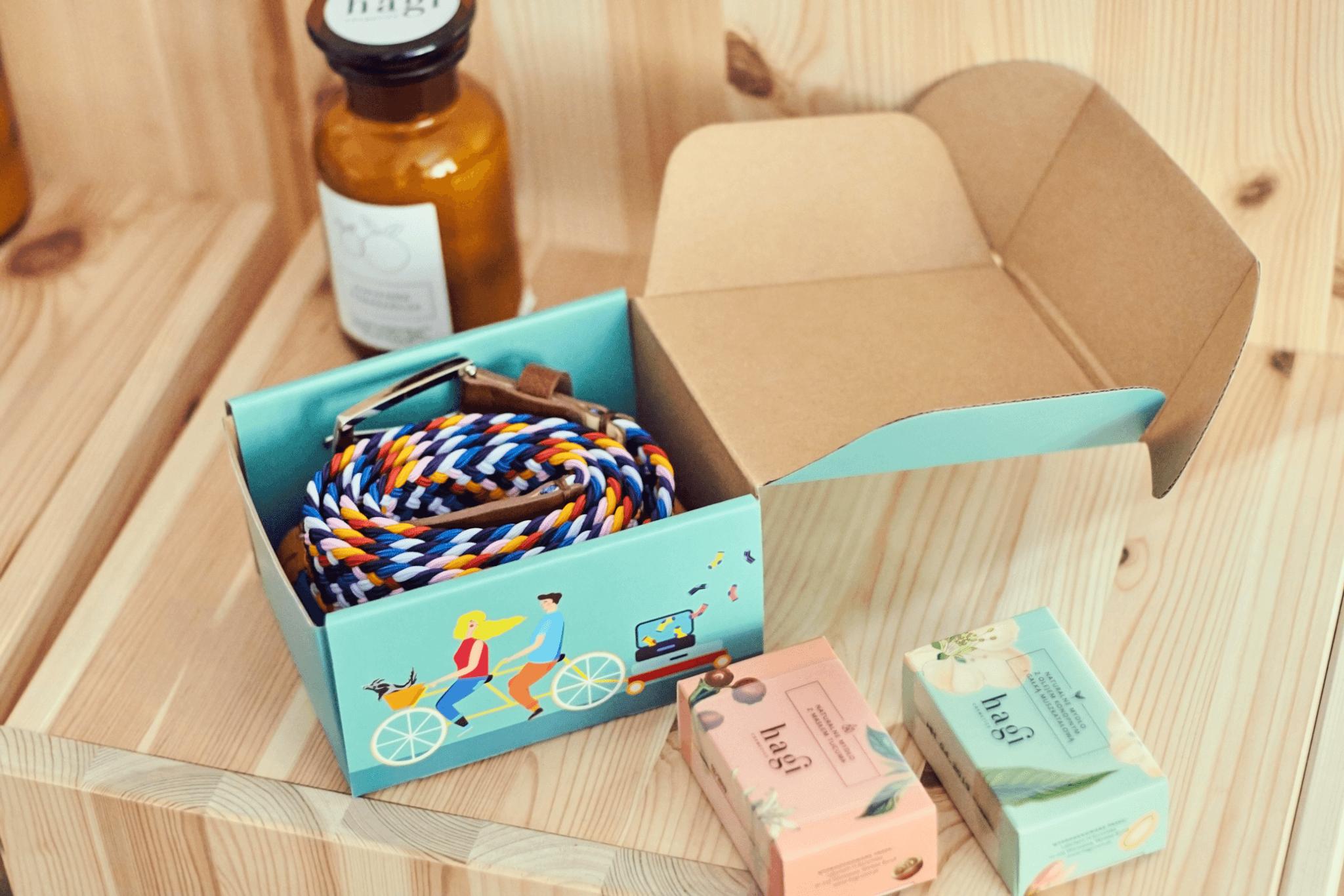 Ceinture dans une boîte en carton Packhelp