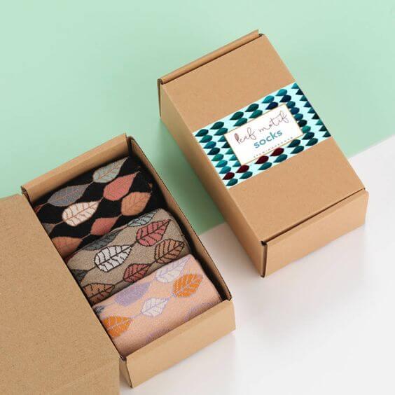 Boîtes en carton kraft avec des chaussettes