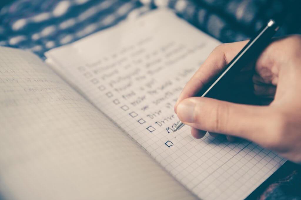 Cahier avec une liste d'objectifs SMART écrits