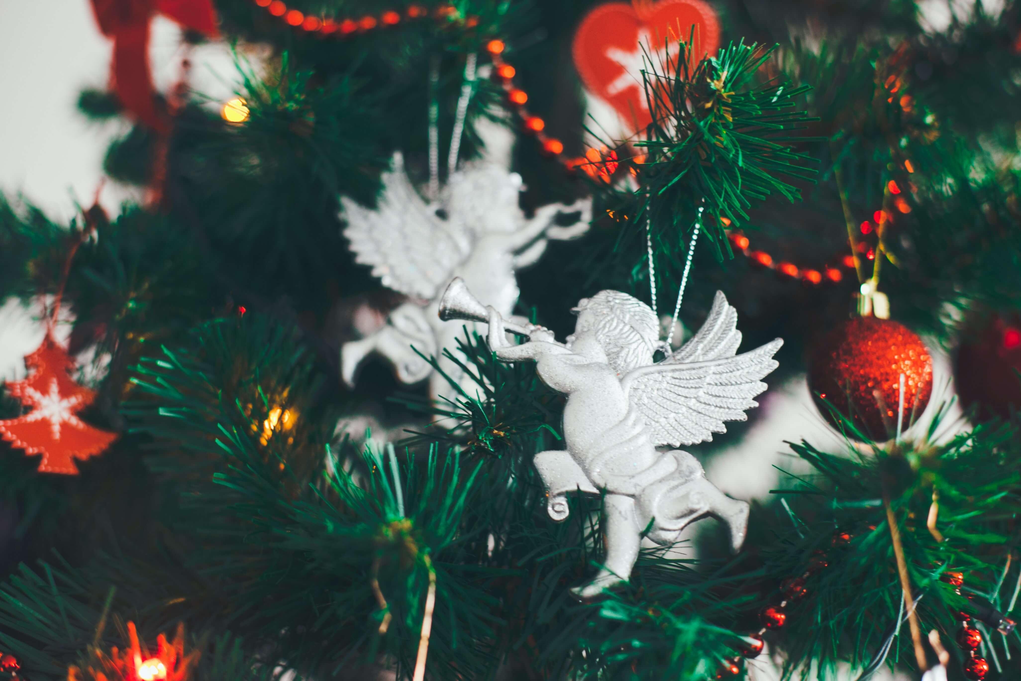 angelo decorazione natalizia su albero