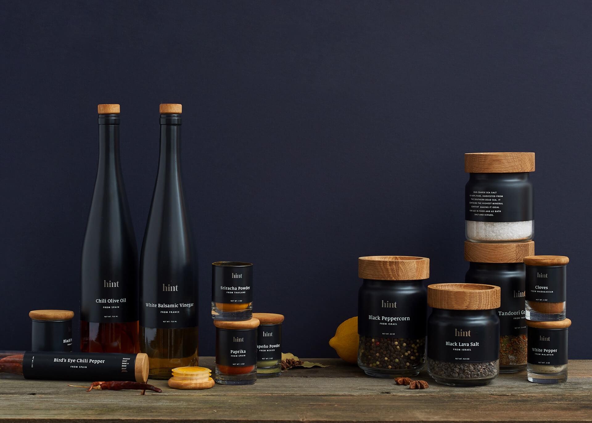 Packaging noir avec du bois de Hint