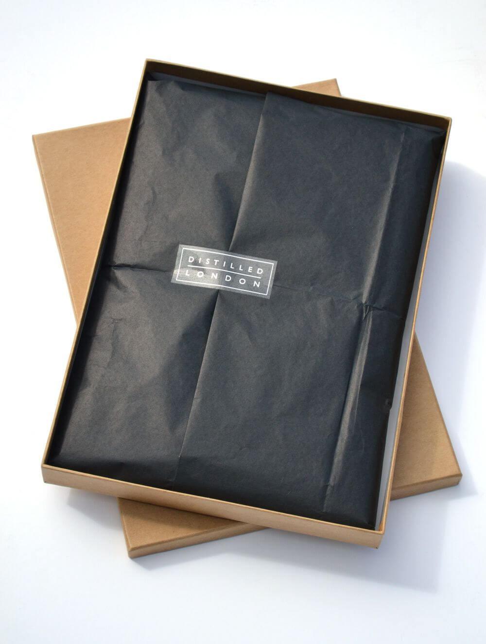Packaging Distilled London : boîte en carton naturel et papier de soie noir