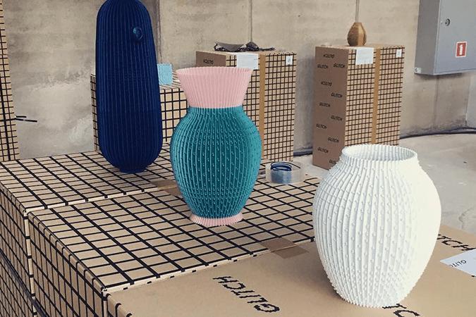 Exposition UAU Projects où les boîtes Packhelp sont utilisées comme meubles