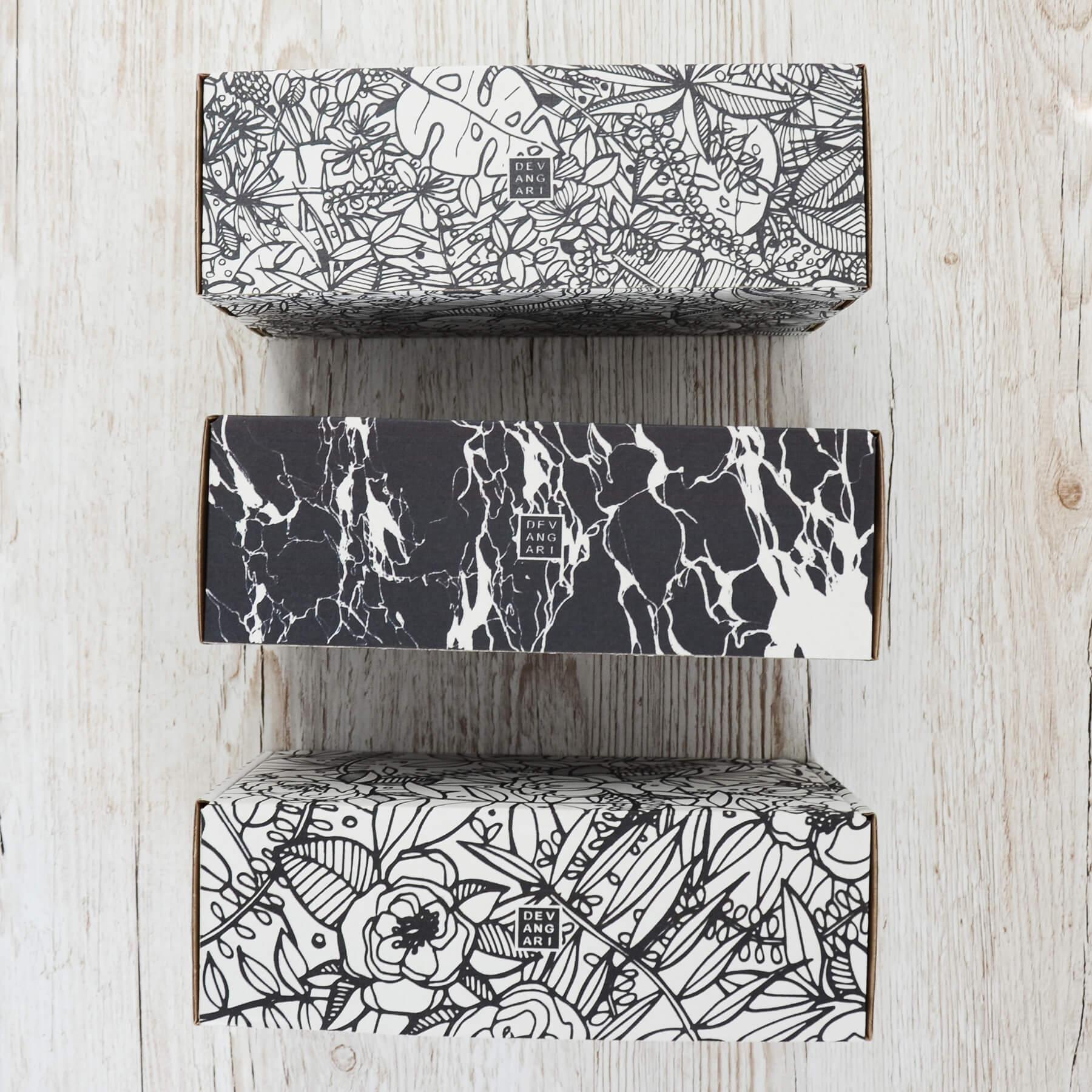 wzory na pudełkach fasonowych autorstwa devangari