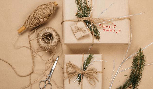 paquetería rústica decorada con cuerdas y hojas de abeto