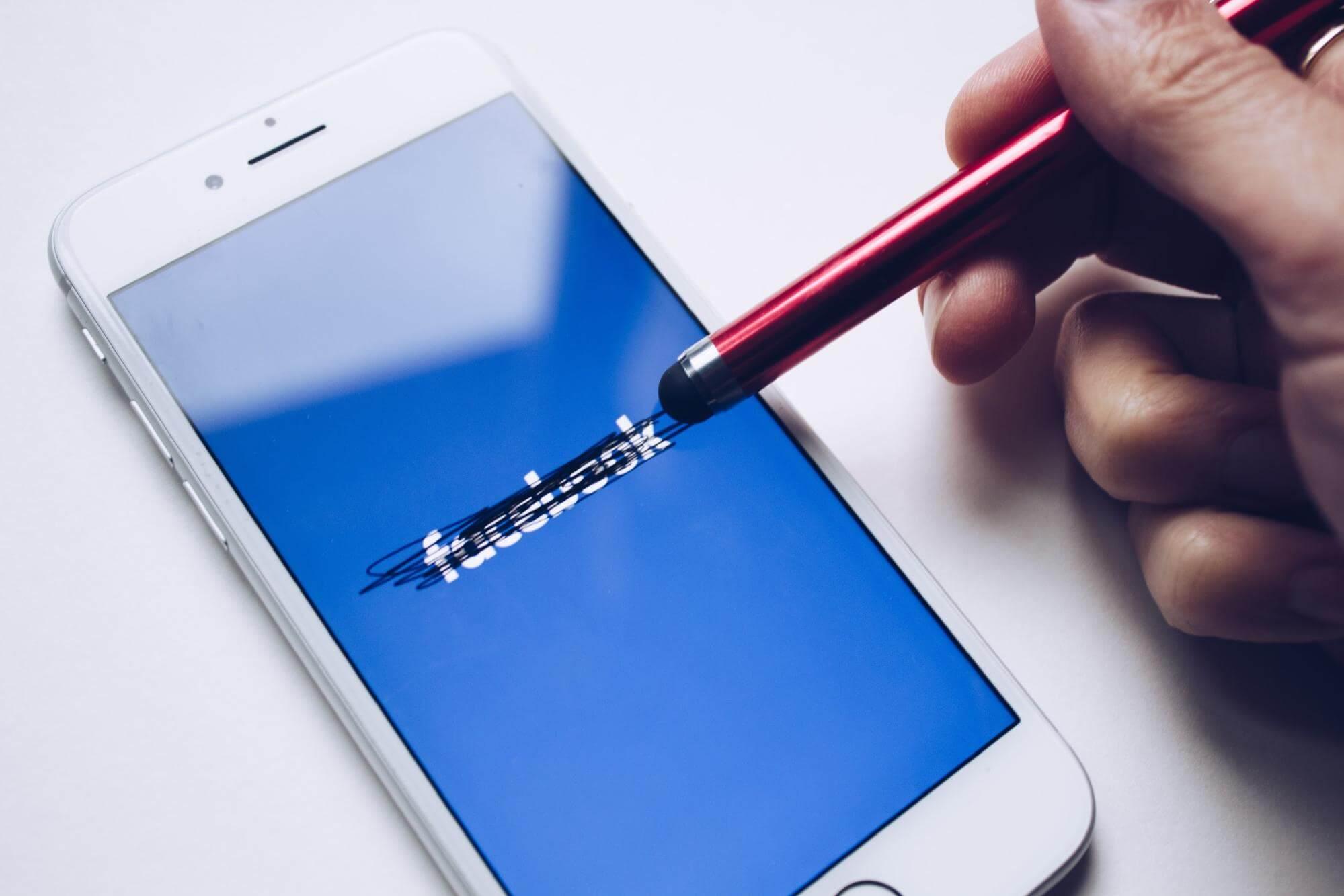 un móvil muestra el logo de facebook