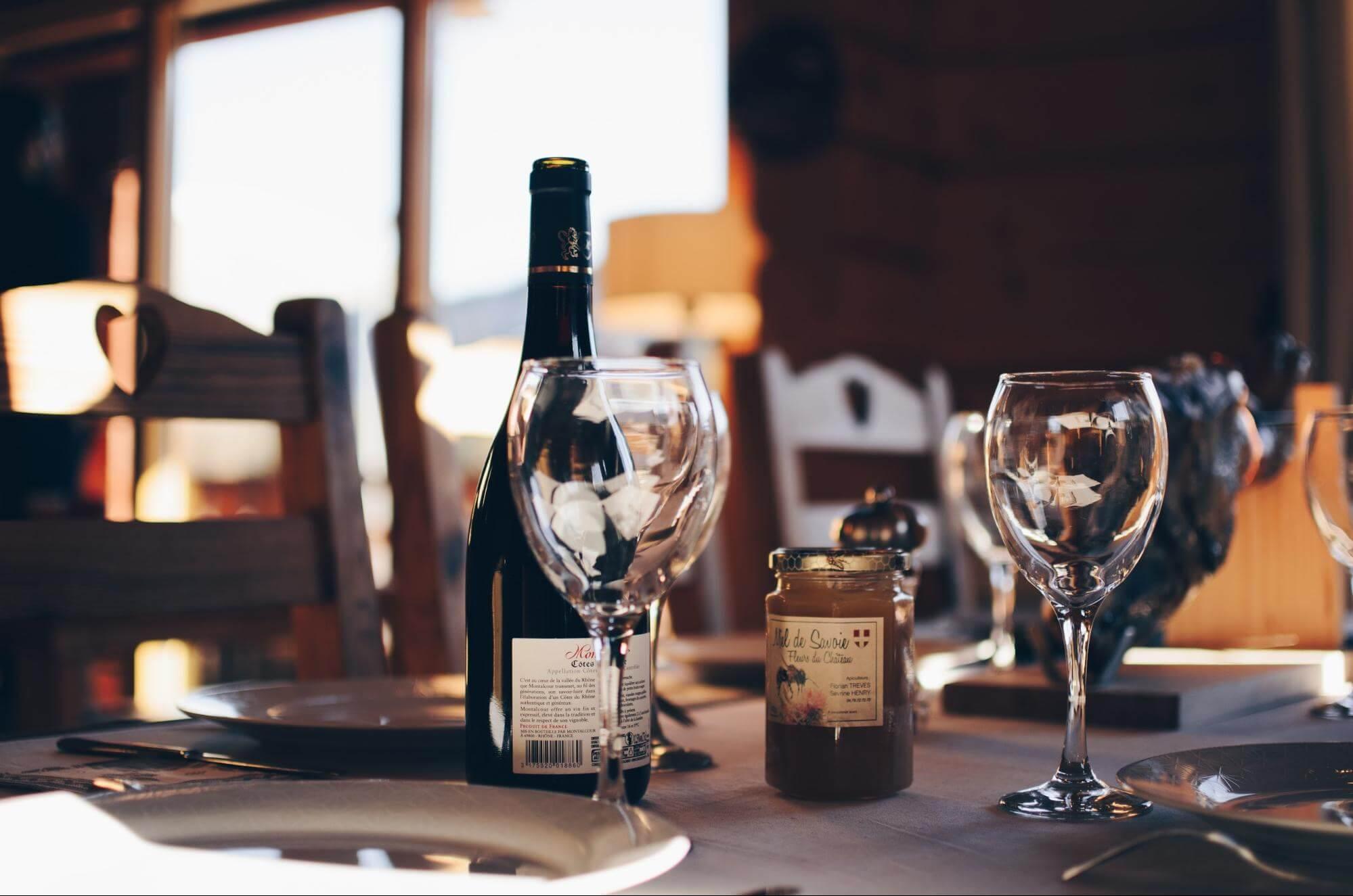 Table de restaurant avec du vin et des verres