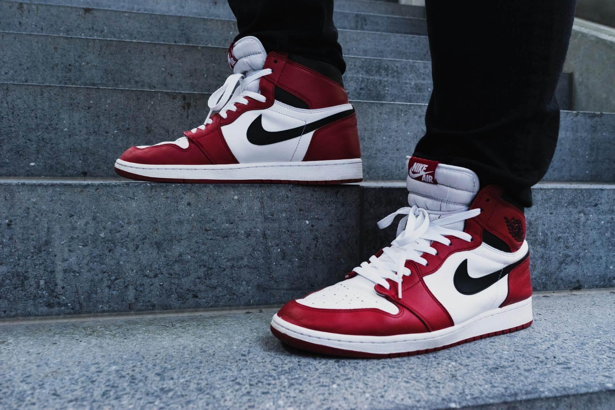 Personne sur des marches portant des sneakers Nike