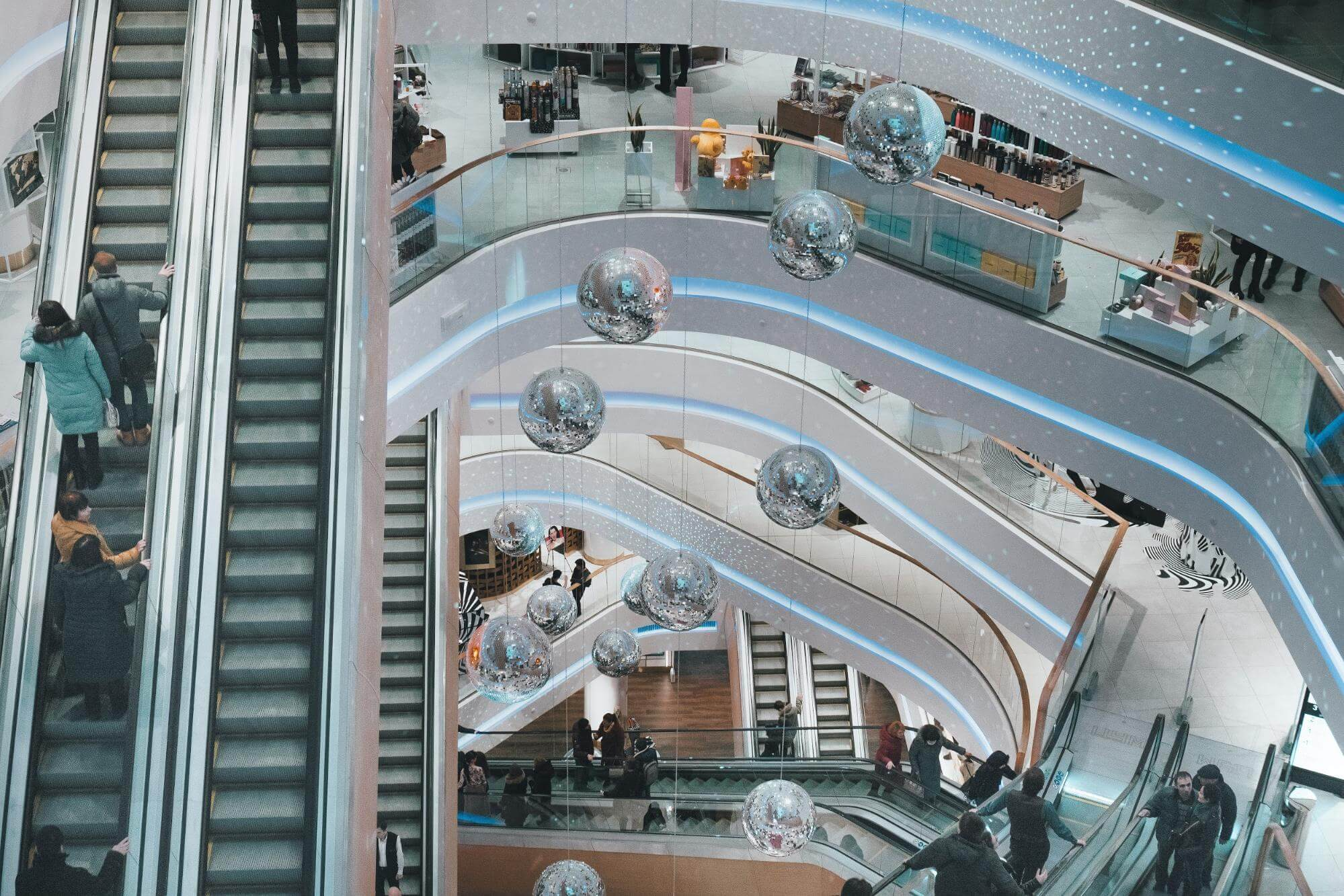 personas subiendo las escaleras de un centro comercial