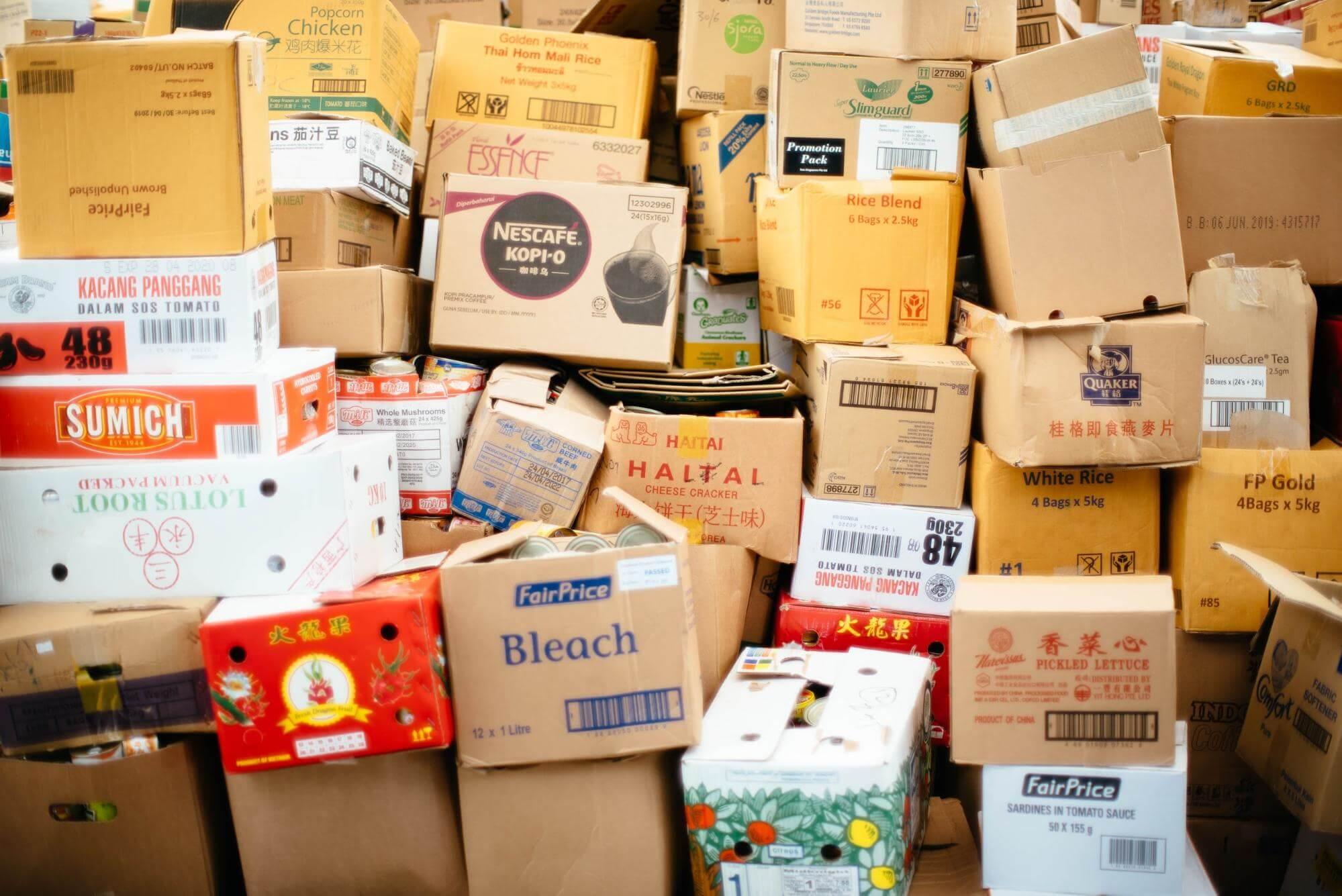 varias cajas de cartón en un almacén