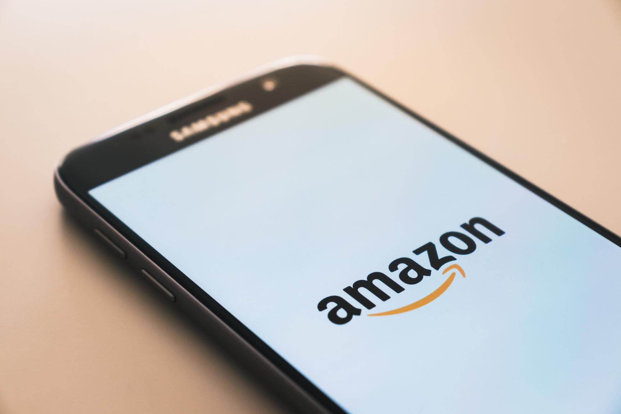 Smartphone avec application Amazon, leader du e-commerce