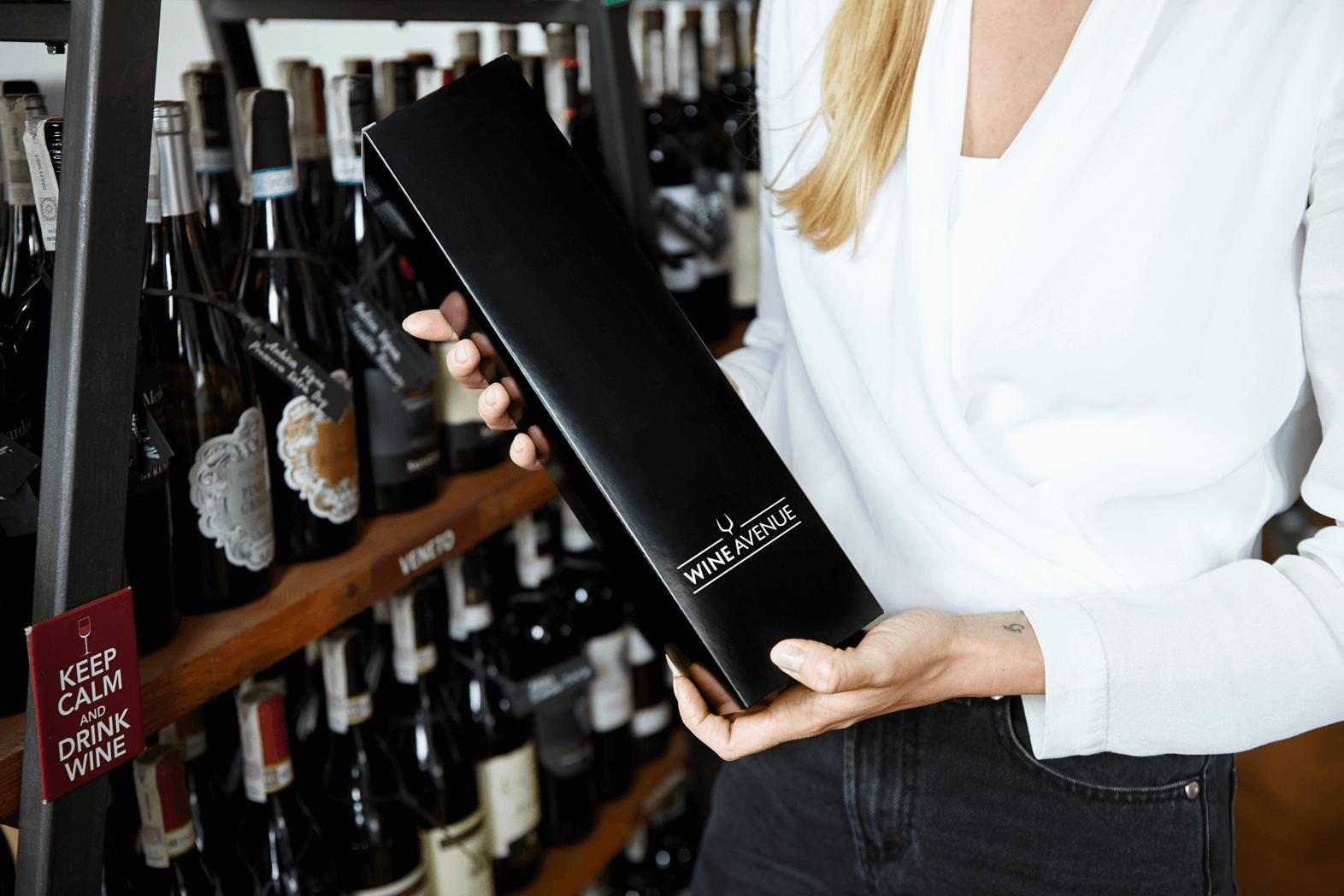 krabice na vino ve vinotéce