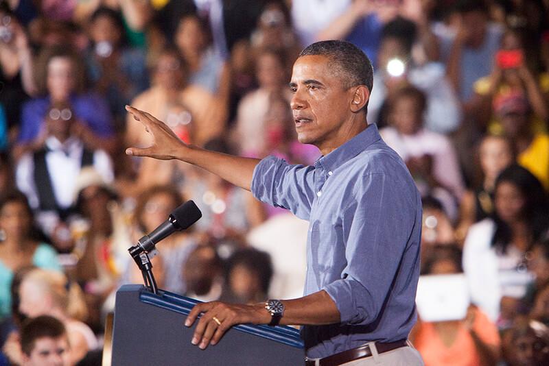 Discours d'Obama avec sa chemise aux manches relevées pour s'adapter à son public