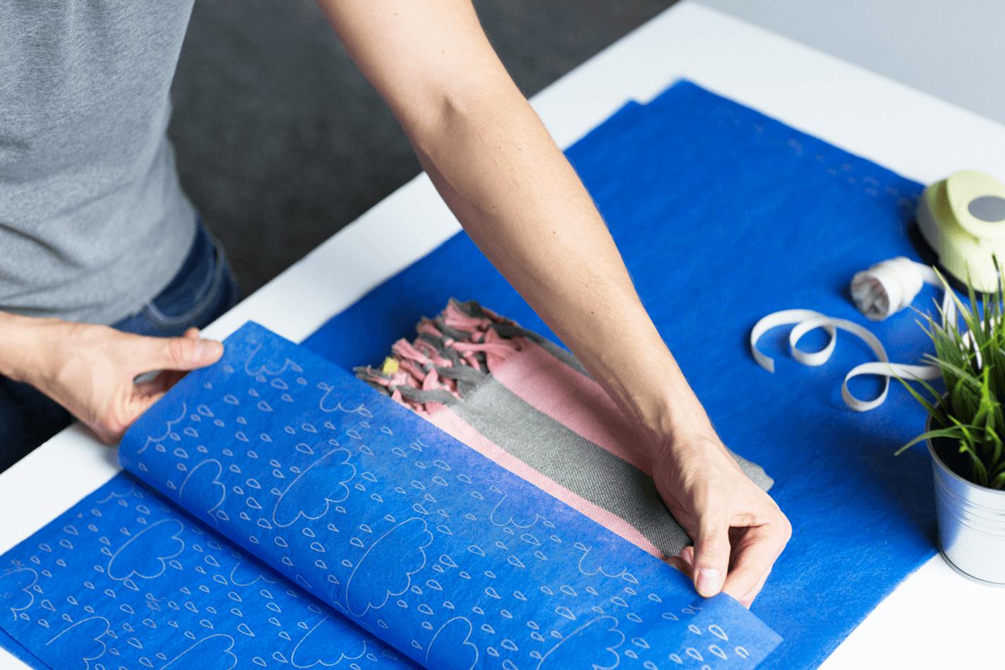 Papier de soie bleu qui emballage une écharpe