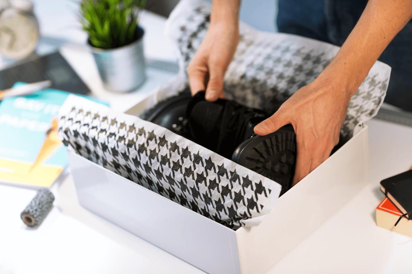 Papier de soie qui emballage des chaussures