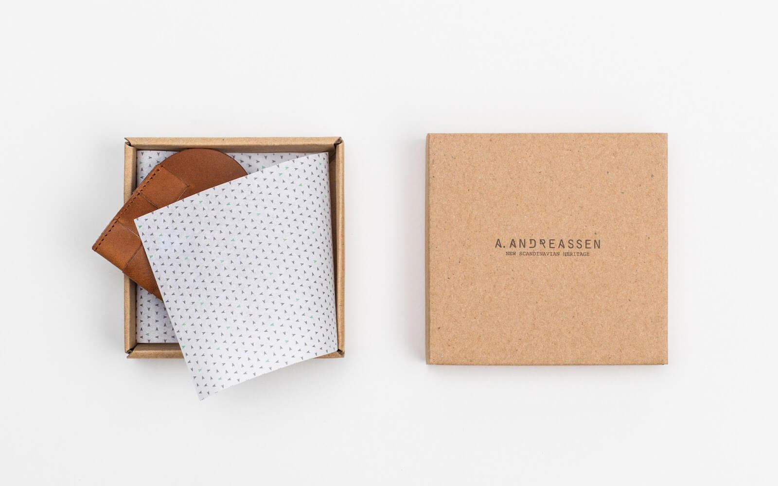 Produit dans une boîte en carton avec du papier de soie