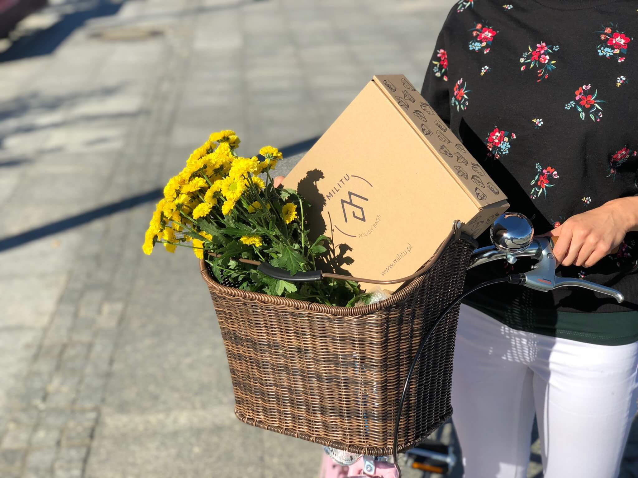 consegna scatola postale e fiori gialli