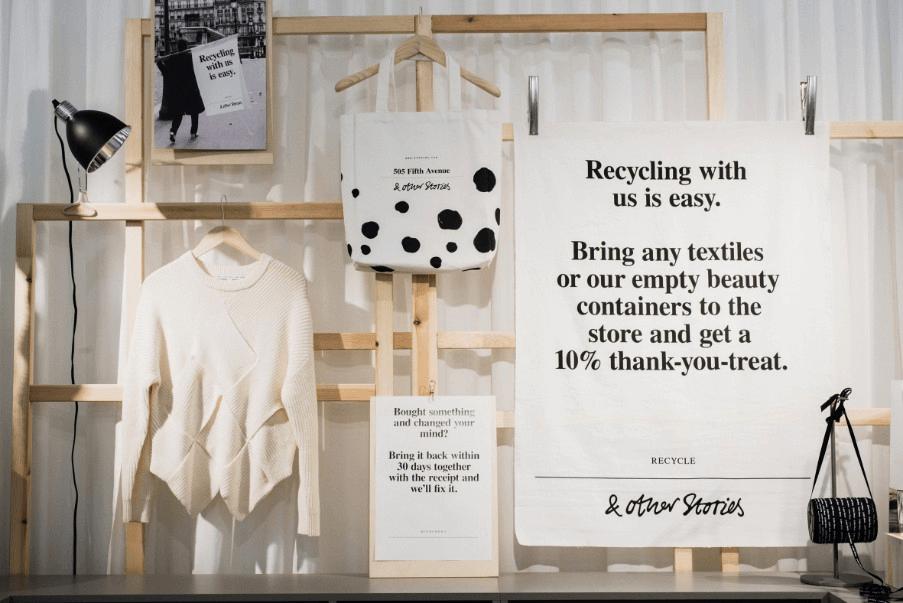 Magasin H&M qui favorise le recyclage des vêtements et boîtes