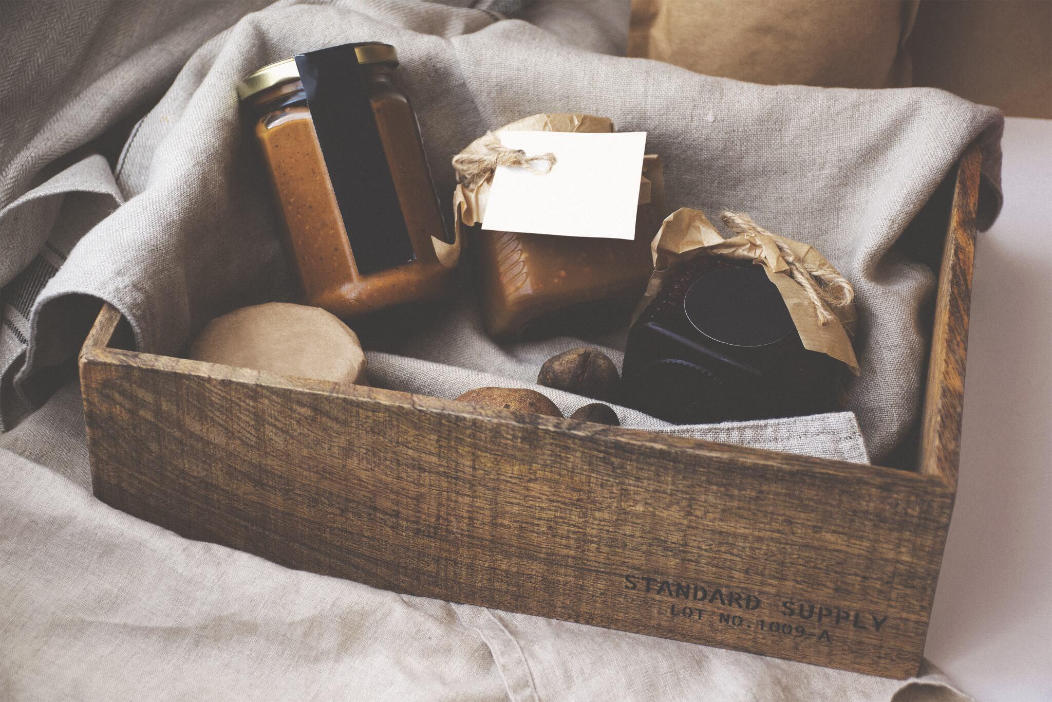 Produits divers étalés dans une boîte