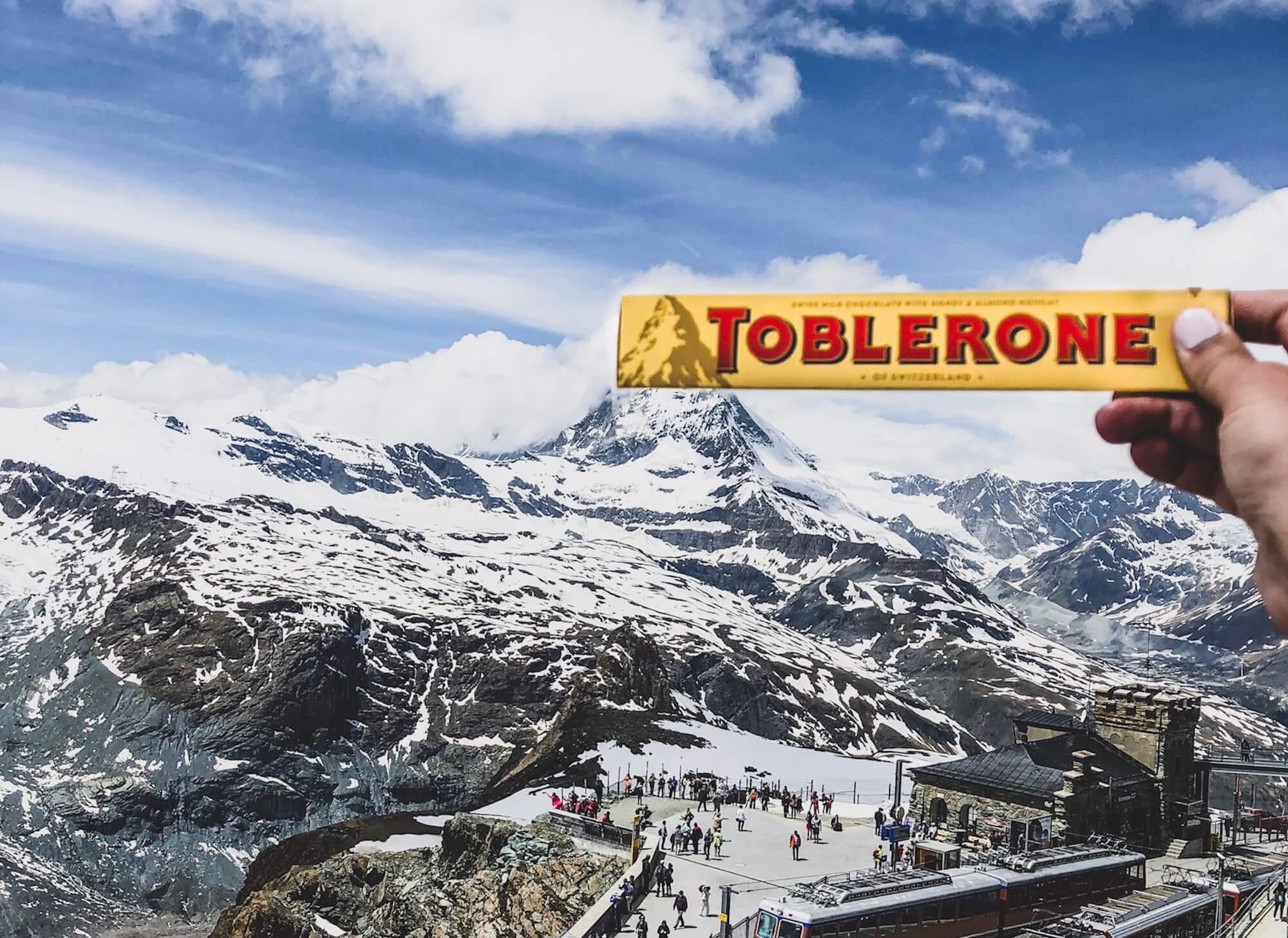 Emballage du chocolat Toblerone devant une montagne