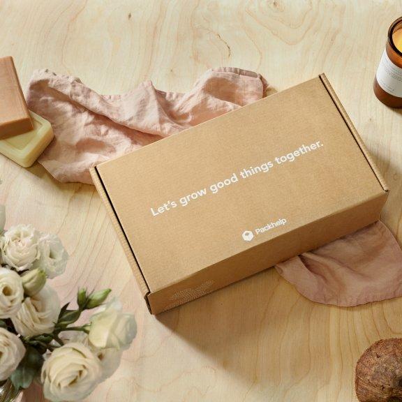 krabice s bílým potiskem.