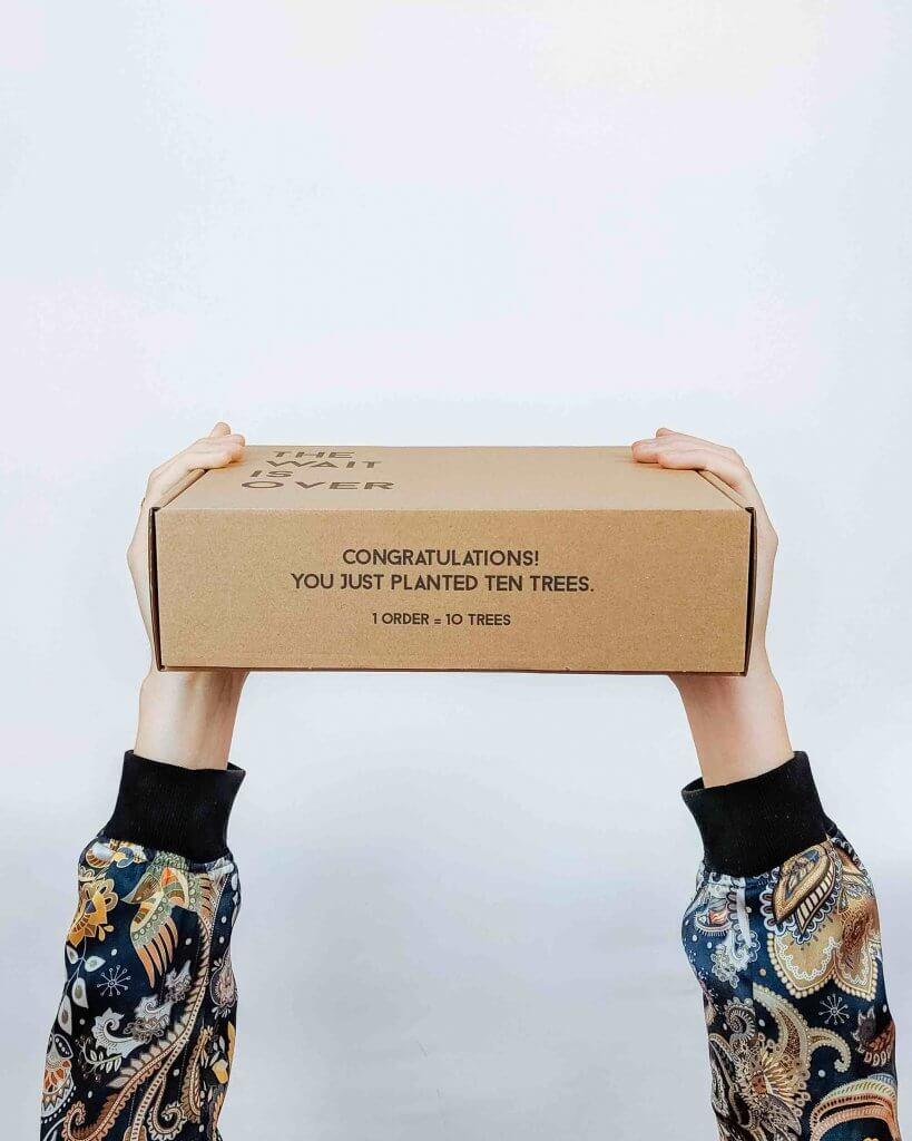 la caja de cartón ondulado con la impresión