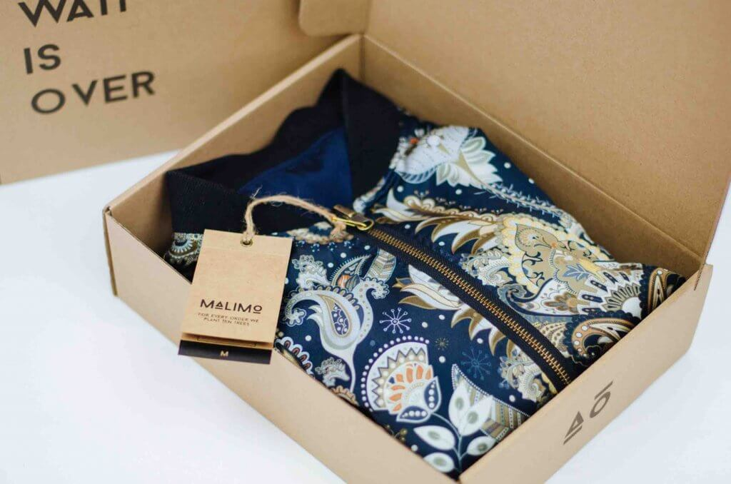 Caja de cartón para enviar la ropa