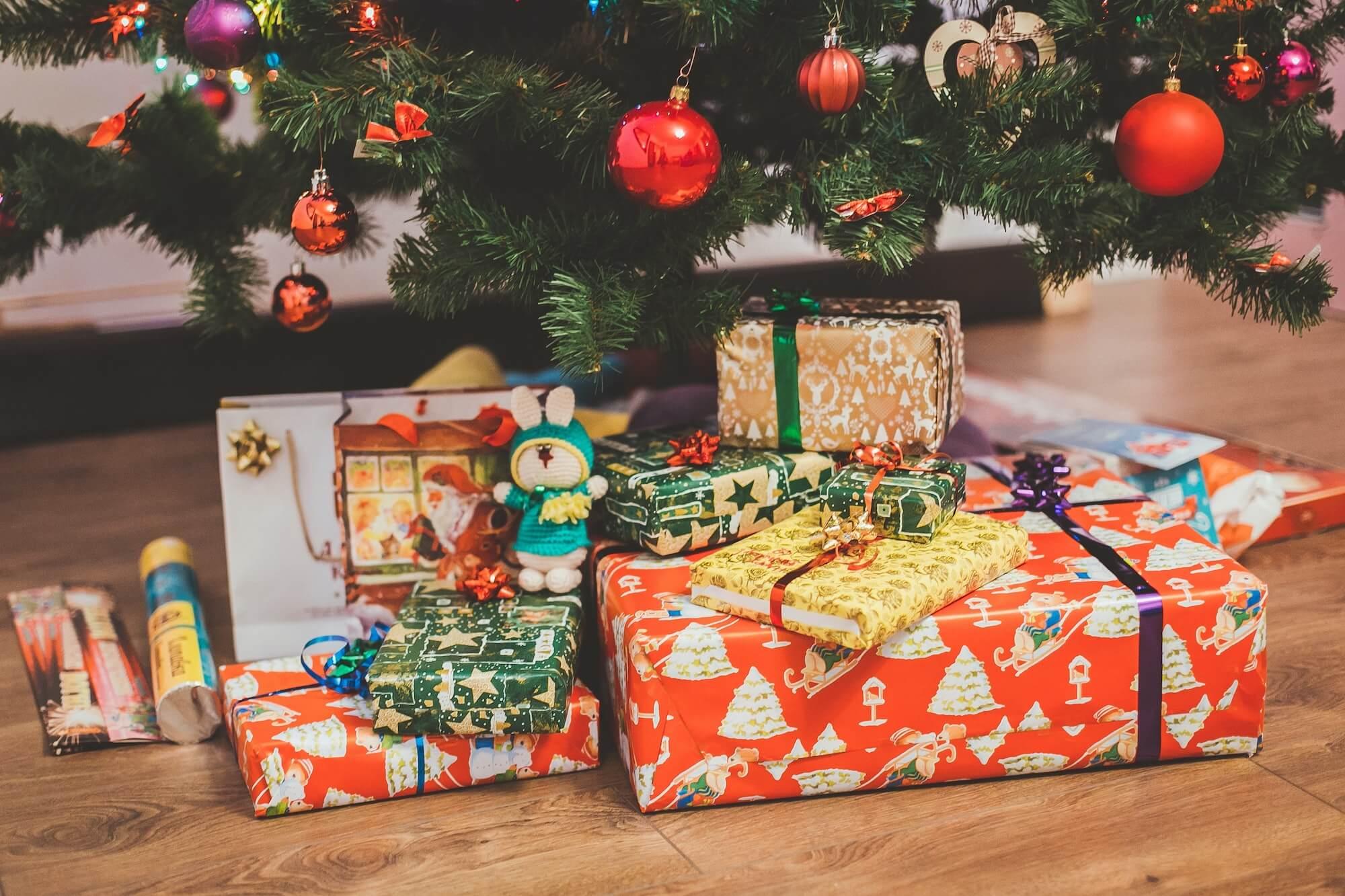 Cadeaux de Noël au pied du sapin