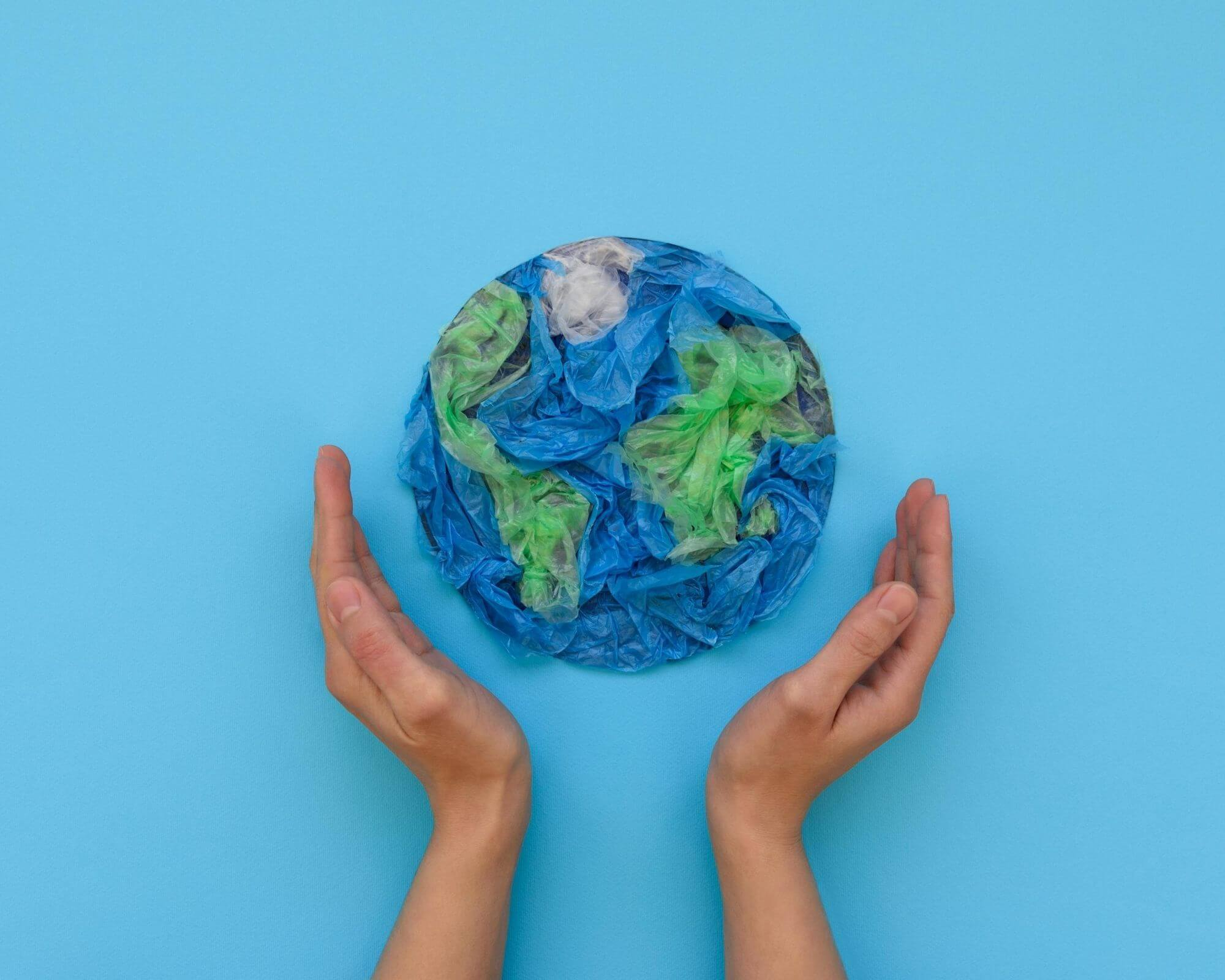 varias manos sujetando el planeta
