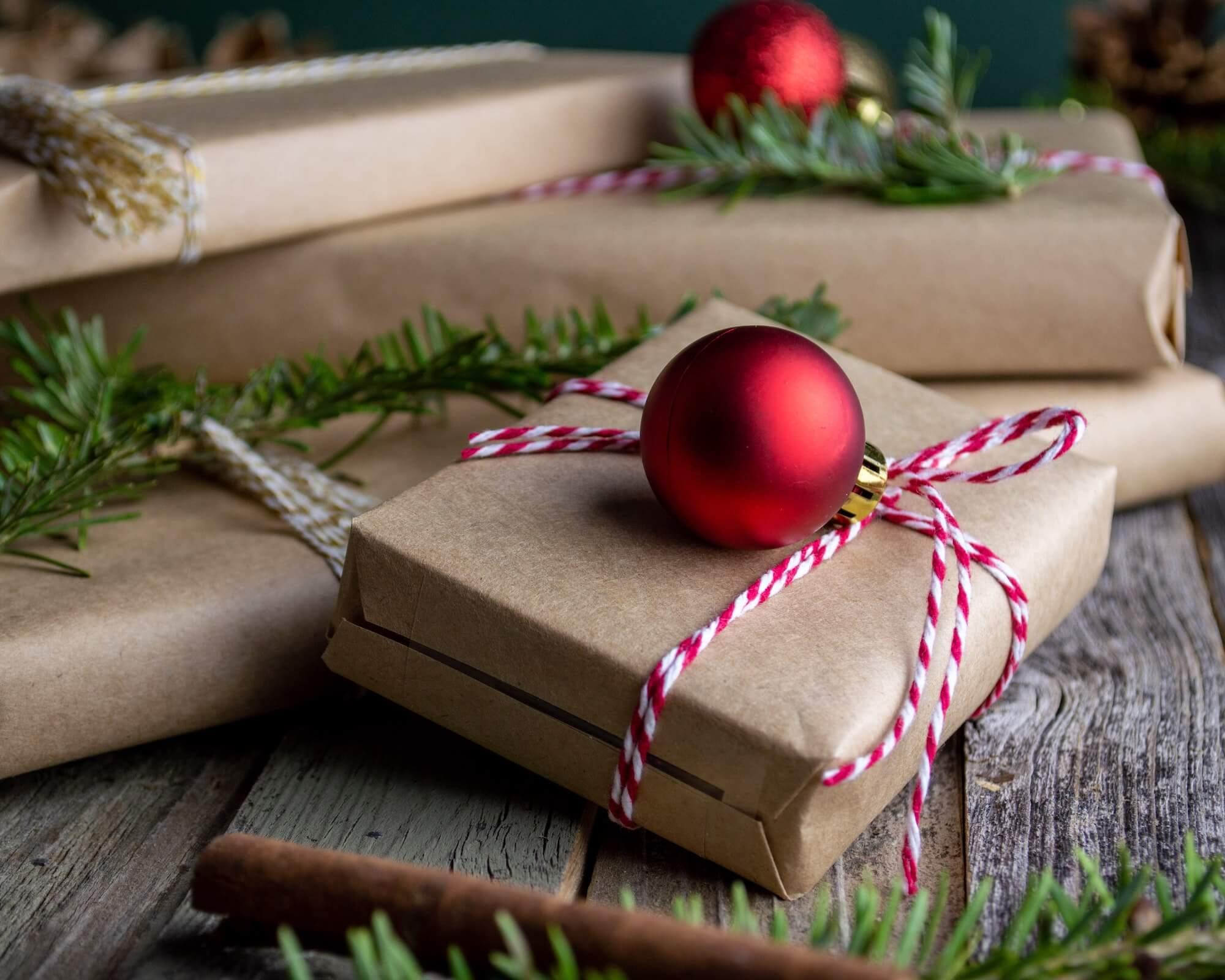 Cadeaux de Noël avec des boules et branches de sapin