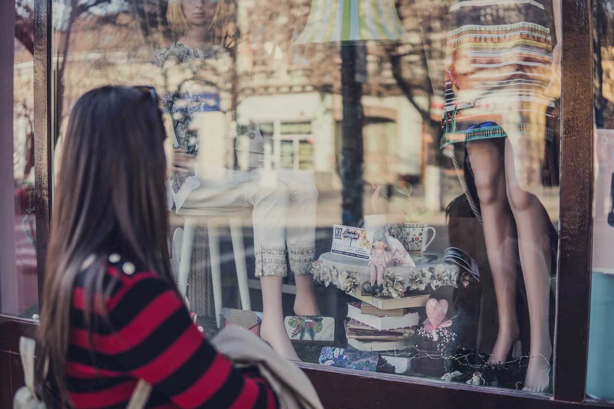 Personne regardant une vitrine de magasin