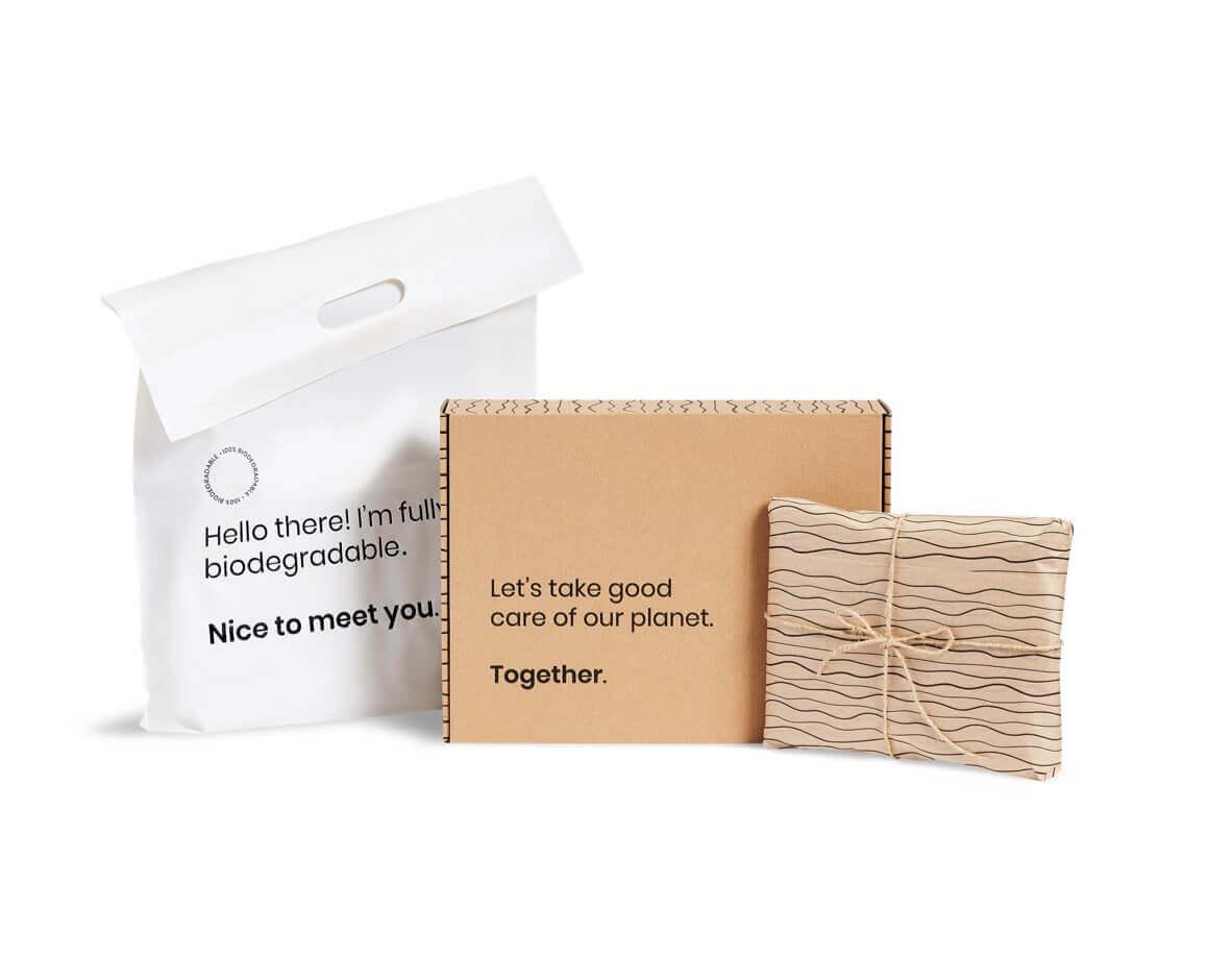 Set d'emballages de base Packhelp avec sac d'expédition en bioplastique, boîte d'expédition et papier d'emballage