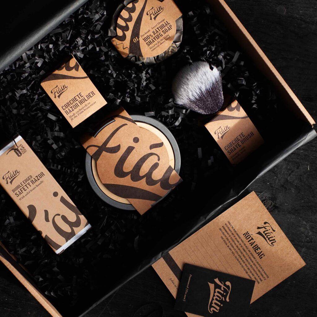 Caja postal con productos de la marca Fiain