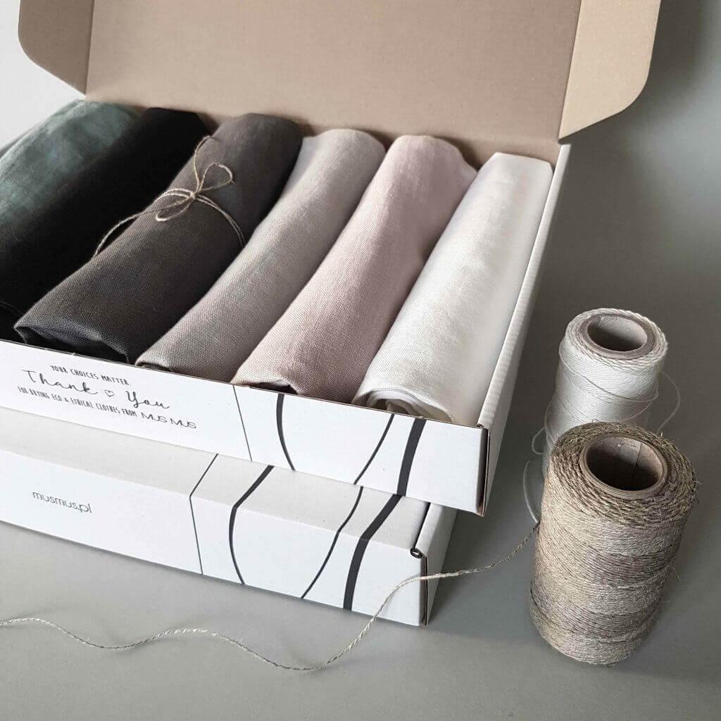 Vêtements pliés dans une boîte Mus Mus