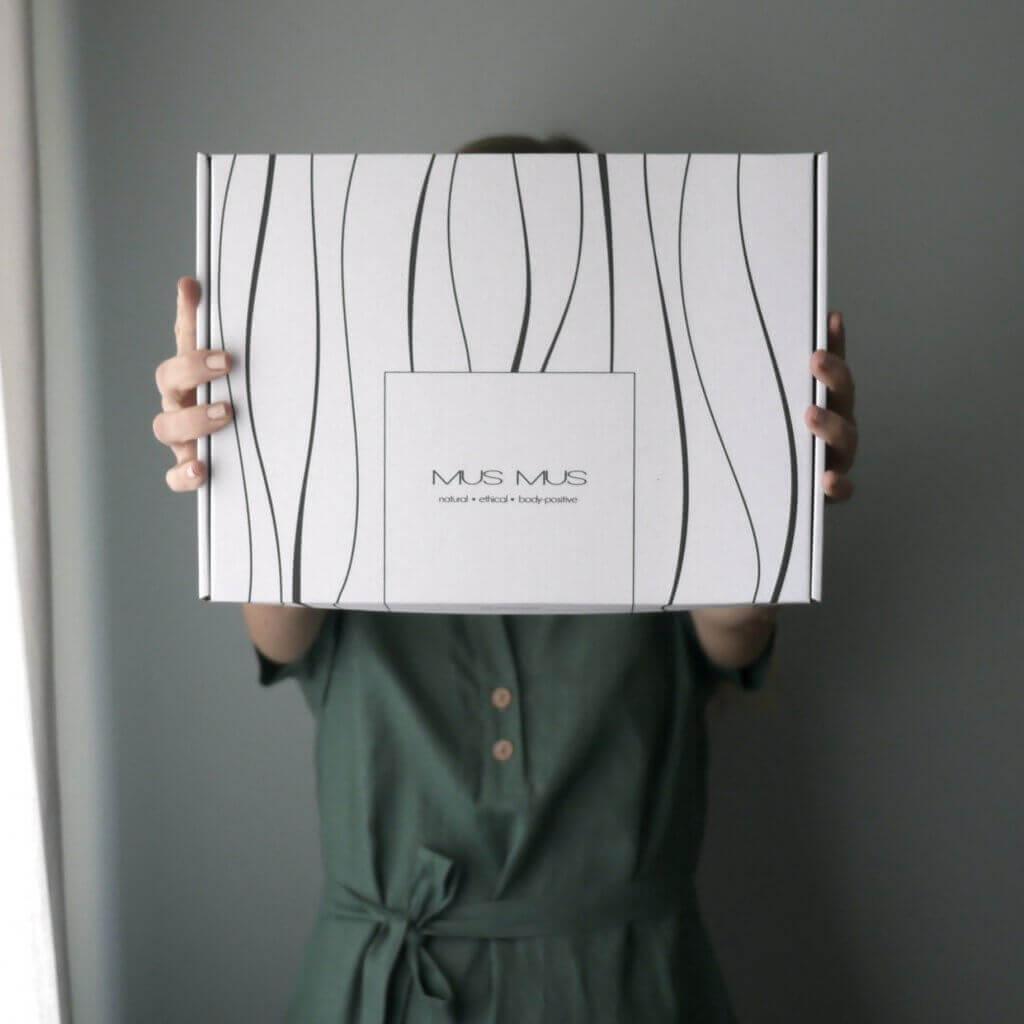 Femme qui tient une boîte Mus Mus