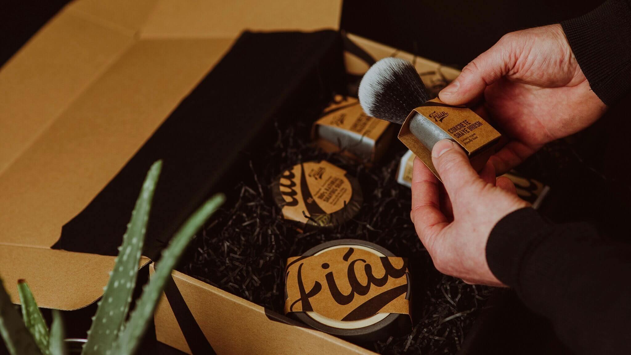 Unboxing d'une boîte Fiain avec des accessoires de rasage