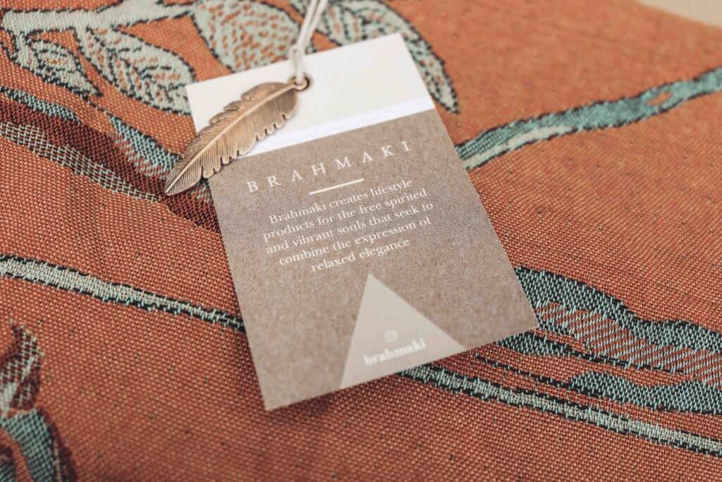 Etichetta in cartoncino Brahmaki su sfondo tessuto