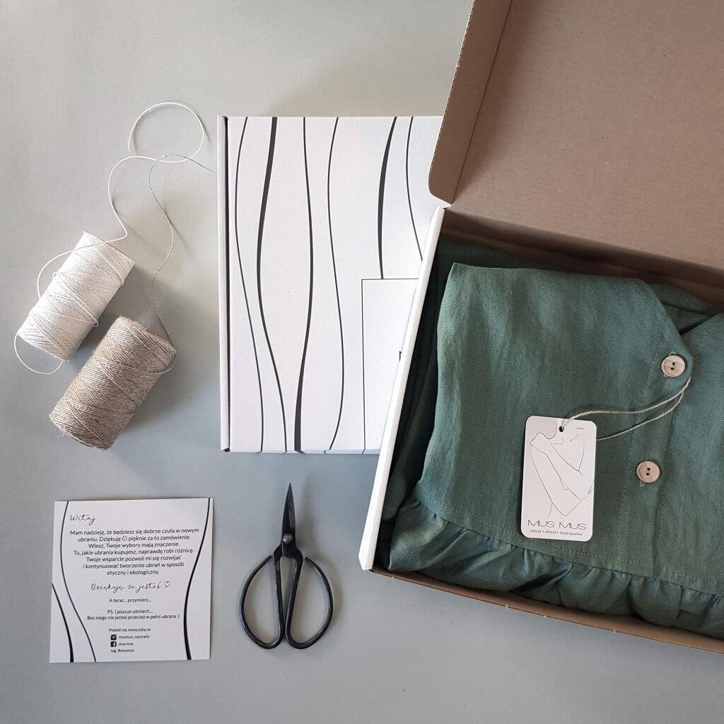materiały tekstylne oraz ubrania w pudełku z tektury