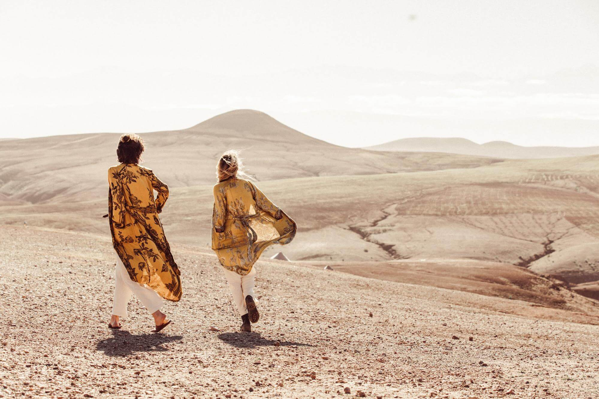 couple wearing brahmaki kaftans in the desert