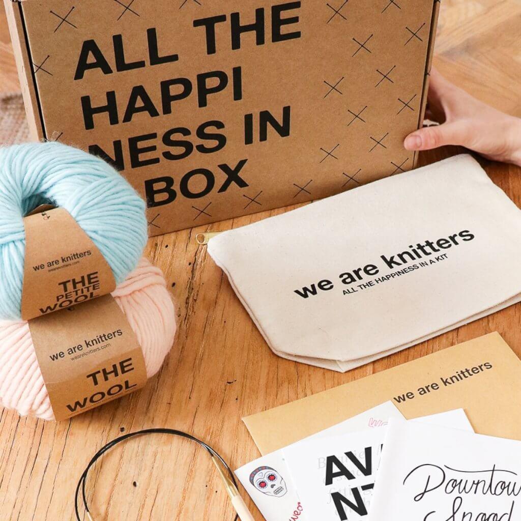 Kit istruzioni maglia, lana e scatola postale eco We Are Knitters
