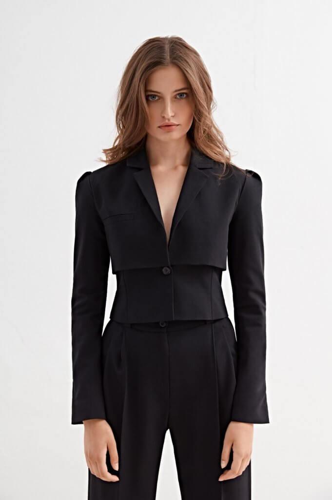 Model trägt Mode von Alex Ko