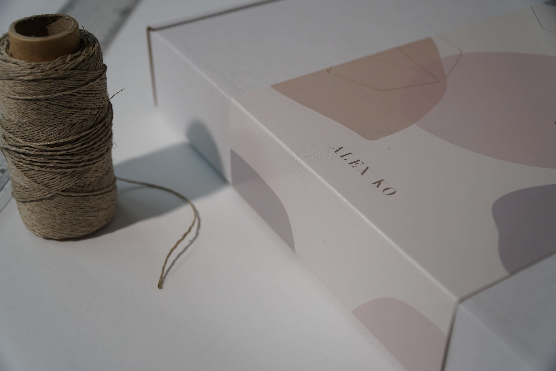caja de cartón con faja de diversos colores