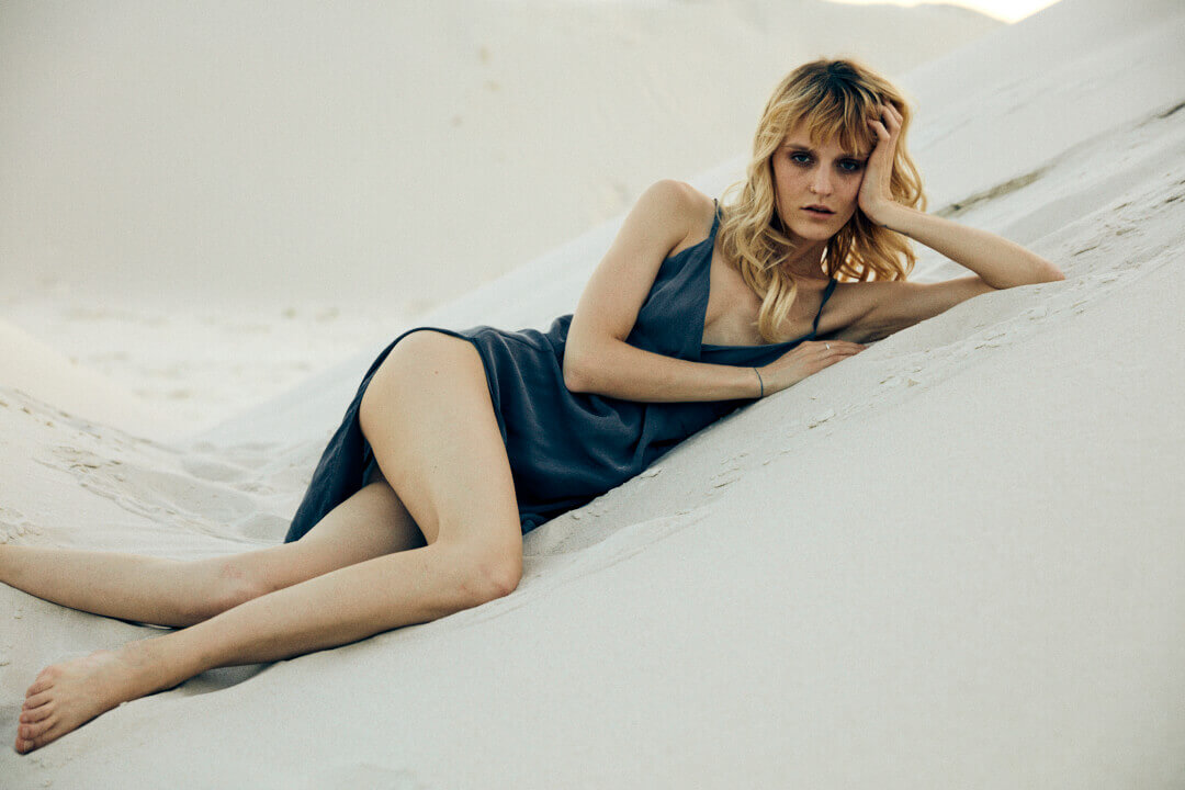 una modelo posa con ropa de AlexKo